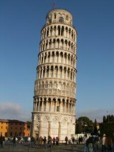 Der bekannte schiefe Turm von Pisa