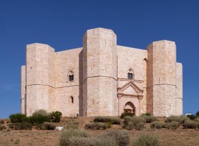 Etwa 26 Meter ragen die Türme des Castel del Monte in die Höhe. (Quelle: istockphoto)