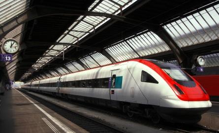Langstreckenzüge passieren meist mehrere moderne Bahnhöfe, die ebenfalls ein Blickfang sind! (Quelle: istockphoto)