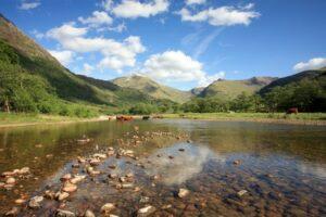 Seen umgeben von der Bergen der Highlands (Quelle: Fotolia)