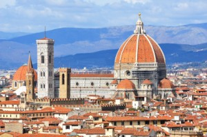 Die Basilica di Santa Maria del Fiore ragt über Florenz (Quelle: istockphoto)